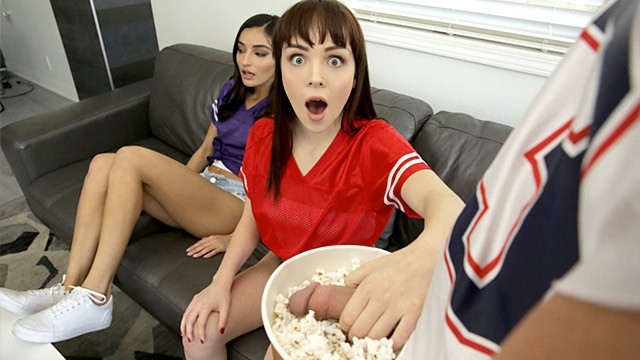 ดูหนังเอ็กซ์ Porn xxx ดูหนังโป๊ใหม่ฟรี HD I'M TRYING TO WATCH THE GAME FUCK OFF! SUPER BOWL SUNDAY THREESOME